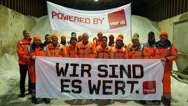 19 Kollegen der Autobahnmeisterei Mannheim zeigen Gesicht für die ver.di Forderung von 6% und mindestens 200€, weil sie es wert sind!