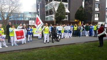 Beschäftigte des SRH Kurpfalzkrankenhaus protestieren am 29.3. vor dem Aufsichtsrat